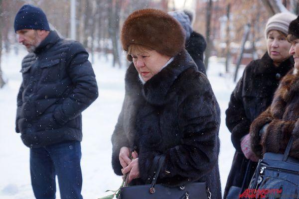 Траурная акция по случаю годовщины трагедии в клубе «Хромая лошадь» прошла в сквере Уральских добровольцев в понедельник, 5 декабря.