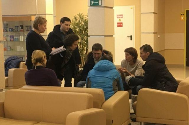Наталья Комарова на встрече с родными и близкими пострадавших.