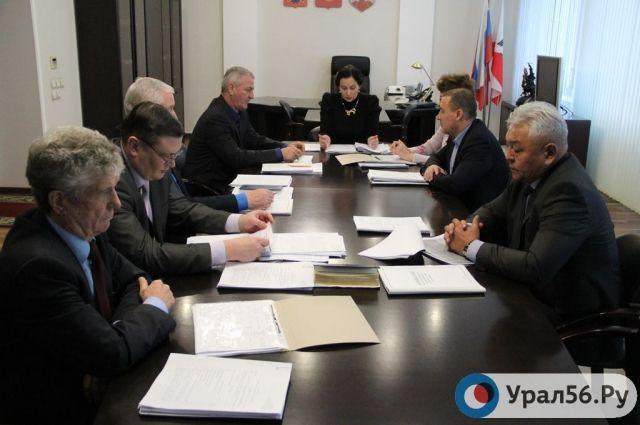 Конкурсная комиссия начала изучать личные дела претендентов.