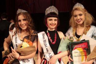 Победитель в номинации «Мисс стиль» Айза Гамзатова (в центре)