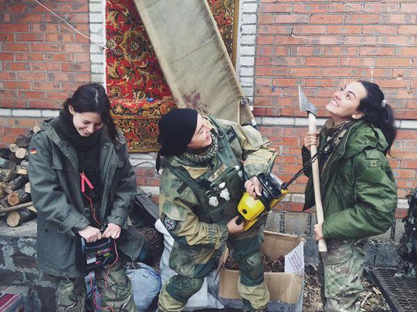 Наши девушки-волонтеры не унывают в зоне проведения боевых действий, даже скорее совсем наоборот