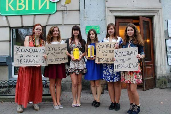 А это тернопольские девушки-волонтеры, которым за 2 часа на улице удалось собрать 13 тысяч гривен для украинских военных