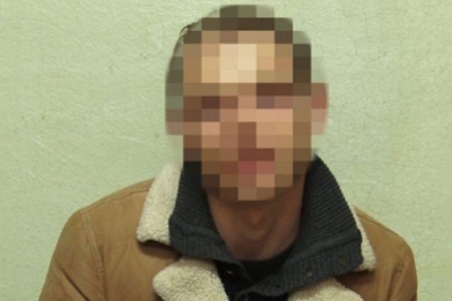 Подозреваемый был задержан полицейскими, его сообщники успели скрыться на автомобиле.