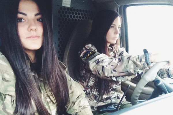 Слева на фото, активная волонтерка в зоне боевых действий - Алина Михайлова