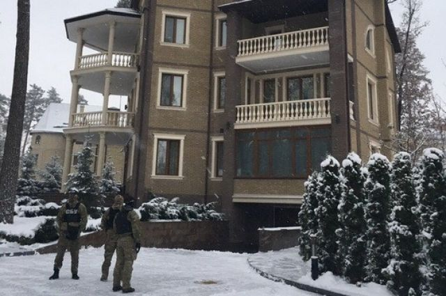 Сотрудники СБУ возле дома одного из фигурантов дела