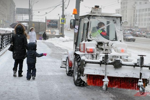 Снегоуборочная техника работает на улицах города круглосуточно