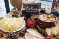 Для кавказской кухни характерно в большом количестве использование зелени для декора блюд.