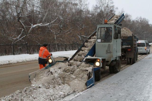 За сутки вывезено больше 15 000 кубометров снега.