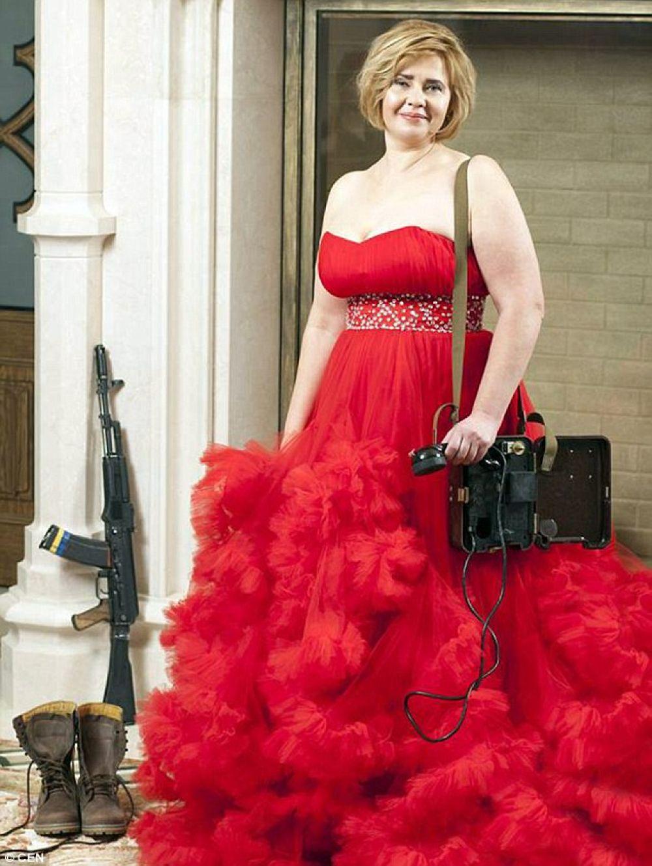 Ольга в шикарном красном платье и с радиооборудованием внушает нам образ связистки.