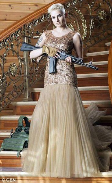 Не смотря на платье, Диана выглядит так, будто каждый день первая идет в атаку и штурмует вражеские позиции. Суровый образ