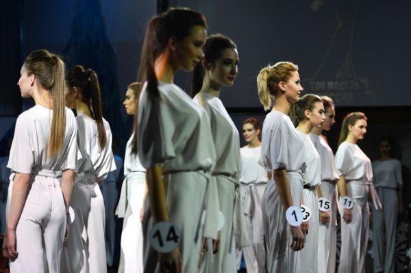 Участницы выступают в финале конкурса.