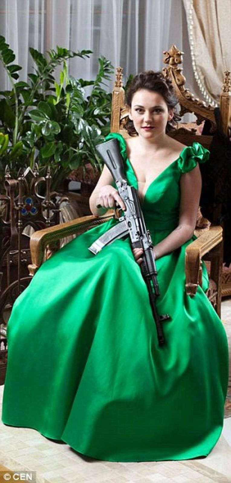 Это Виктория, у которой в руках АК-74. С виду, эта женщина из ВСУ на фото больше похожа на домохозяйку, но в ее повседневные обязанности входят абсолютно немыслимые виды занятий, с мужской точки зрения