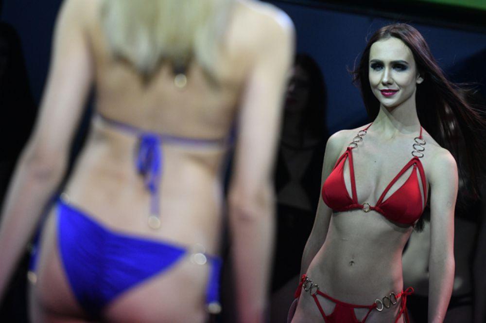Участницы выступают на конкурсе бикини.