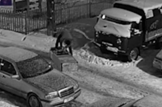 ВЯрославле преступник увез банкомат насанках