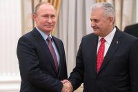 Президент РФ Владимир Путин и премьер-министр Турции Бинали Йылдырым во время встречи в Кремле.