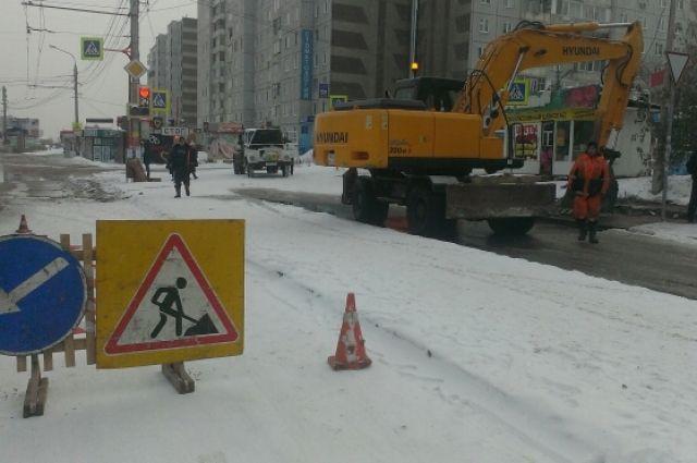 ВБарнауле затопило улицу Эмилии Алексеевой. Барнаульский водоканал приступил кустранению повреждения