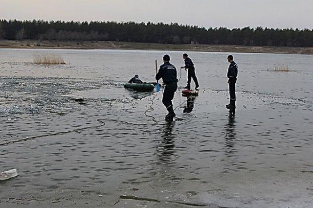 Сотрудники ГосЧС на льду