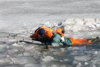Рыбаки очень часто подвергают свою жизнь опасности. Фото с места учения МЧС по спасению людей, провалившихся под лед.