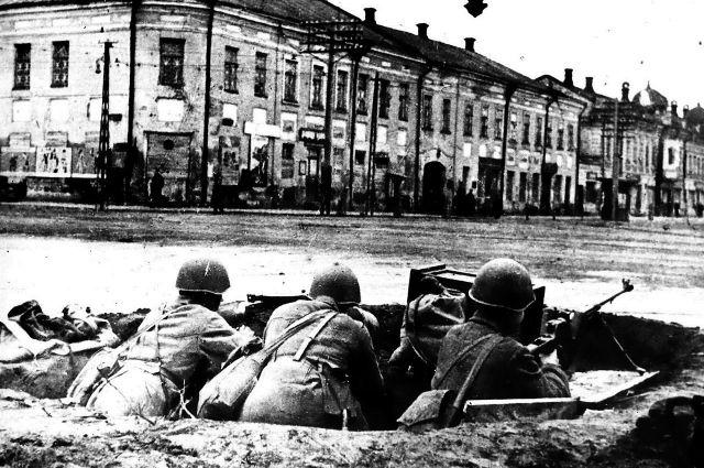 Защитники города готовы к бою. Тула, перекресток улиц Советской и Коммунаров (ныне проспект Ленина).