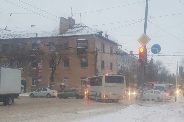 В Оренбурге ДТП с автобусом осложнило движение в центре города