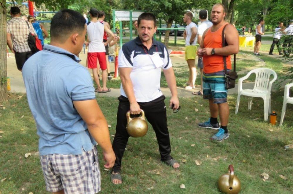 Метание мяча и спортивных снарядов, стрельба, поднимание гири - участник сжачи нормативов может продемонстировать работу всех групп своих мышц и проверить свою физическую подготовку.