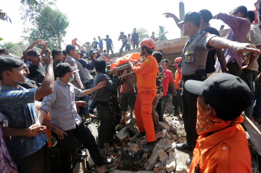 Угрозы цунами нет, сейчас идут спасательные работы.
