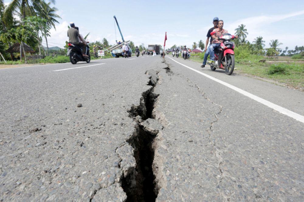 По данным СМИ, судьба нескольких десятков человек пока остается неизвестной, из-за разрушений тяжелая техника и спасатели пока не могут добраться до некоторых районов.