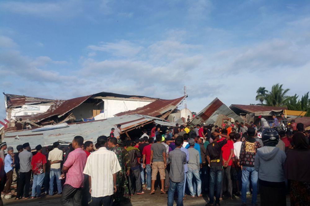 Под завалами рухнувших домов остаются жители.