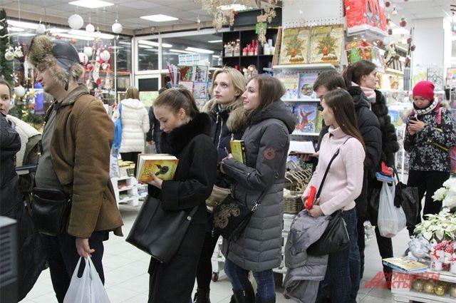 Люди терпеливо стоят в очереди на первом этаже за новой книгой о Гарри Поттере.