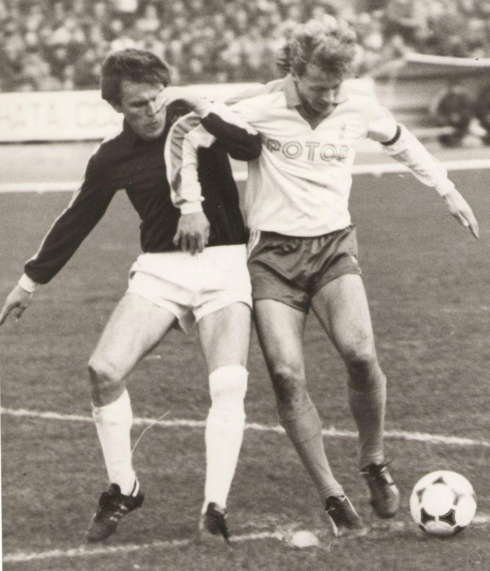 Александр Никитин в борьбе за мяч. 1980-е.