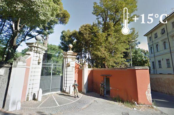 Участок в 308 160 квадратных метров, принадлежащий России, расположен в самом сердце Рима на улице Аурелия Антика 12. Это огромная территория, сплошь покрытая зеленью. Все входы на территорию охраняются служащими военной полиции.