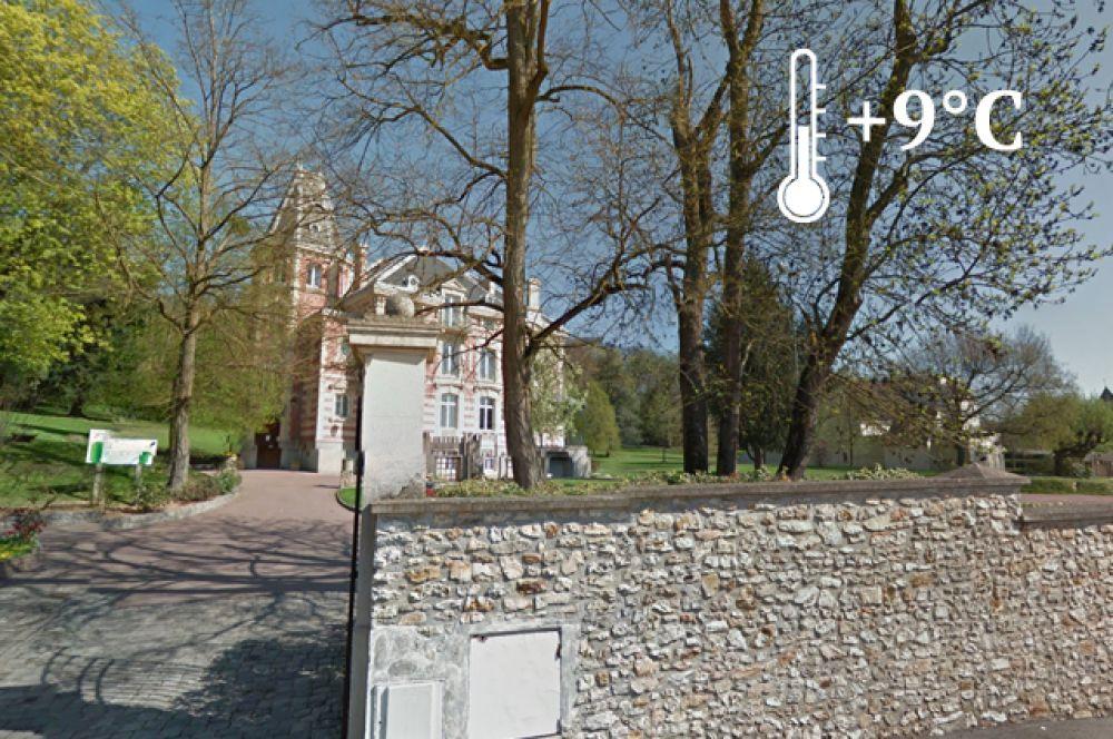 Во владении РФ находится участок французской территории площадью в 58 970 квадратных метров. Как видно на снимке с карт Google, здание, расположенное на территории огорожено, и на нем развевается российский флаг.