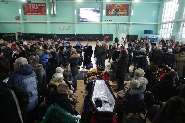 Родственники некоторых из них настояли на том, чтобы гробы в момент траура не накрывали.