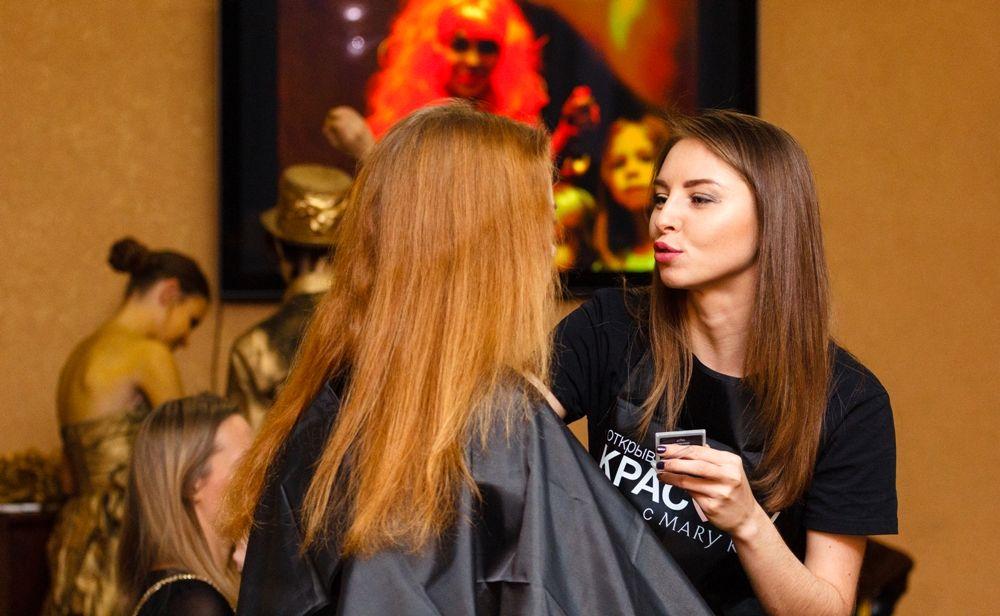 Профессиональные визажисты и парикмахеры помогали посетительницам дополнить их образ.