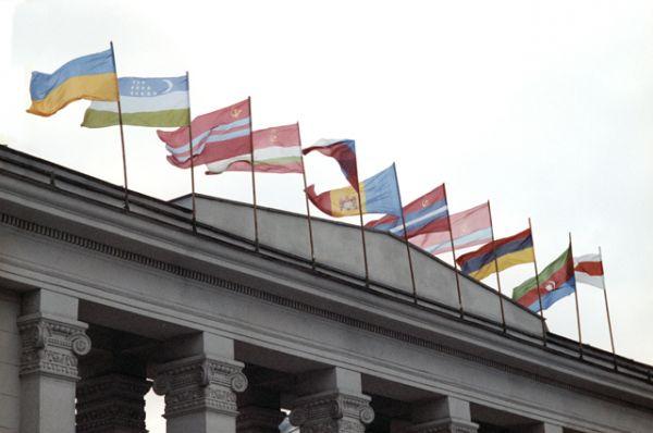 Флаги государств — членов СНГ. Минск, 30 декабря 1991 года.