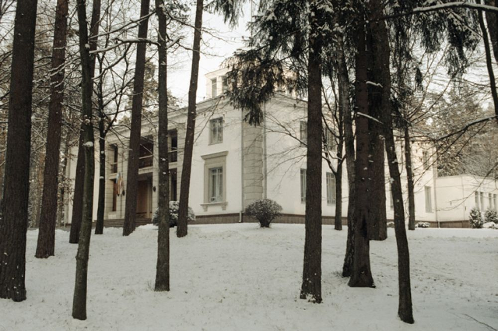 В этом здании 8 декабря 1991 года состоялось подписание соглашения о создании Содружества Независимых Государств. Беловежская Пуща, Вискули.