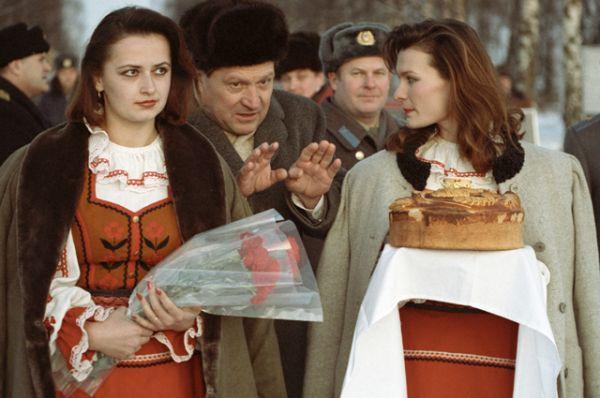 Девушки в национальных костюмах встречают хлебом-солью политиков, прибывших на переговоры по вопросу создания СНГ.