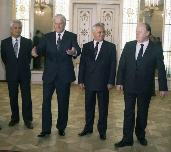 Президент РФ Борис Ельцин (второй слева), Президент Украины Леонид Кравчук (второй справа) и Председатель Верховного Совета Белоруссии Станислав Шушкевич (справа) во время встречи в Беловежской пуще для подписания Соглашения о создании СНГ.