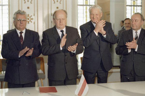 Президент РФ Борис Николаевич Ельцин, Председатель Верховного Совета Беларуси Станислав Шушкевич и президент Украины Леонид Кравчук после подписания соглашения о создании СНГ в Беловежской Пуще.