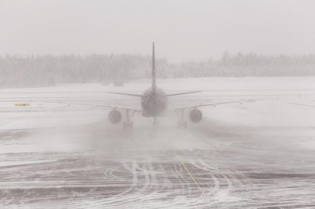 Пассажирский самолет выкатился запределы взлетно-посадочной полосы вМурманске