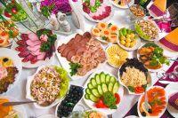 Покупать продукты на новогодний стол заранее - удобнее и выгоднее.