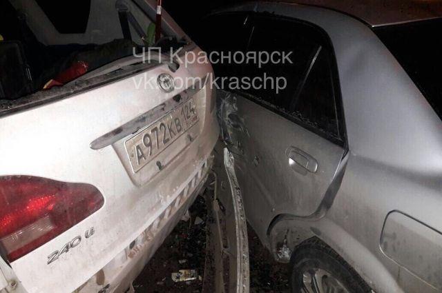Владельцы пострадавших автомобилей вызвали ГИБДД.