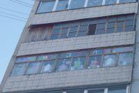 Жители Омска с удовольствием украшают свои дома.