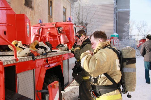 54 пожарных работало в горевшей электромастерской.