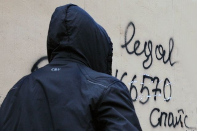 Полицейские задержали кировчанина соспайсом ивышли насбытчицу