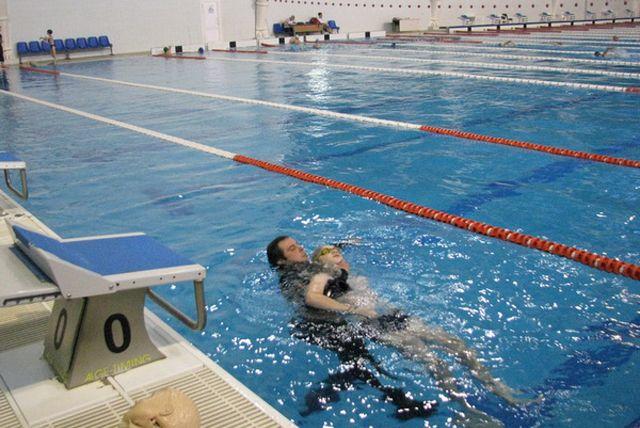 Навыки отрабатывались как на манекенах, так и на добровольцах, из числа посетителей бассейна.