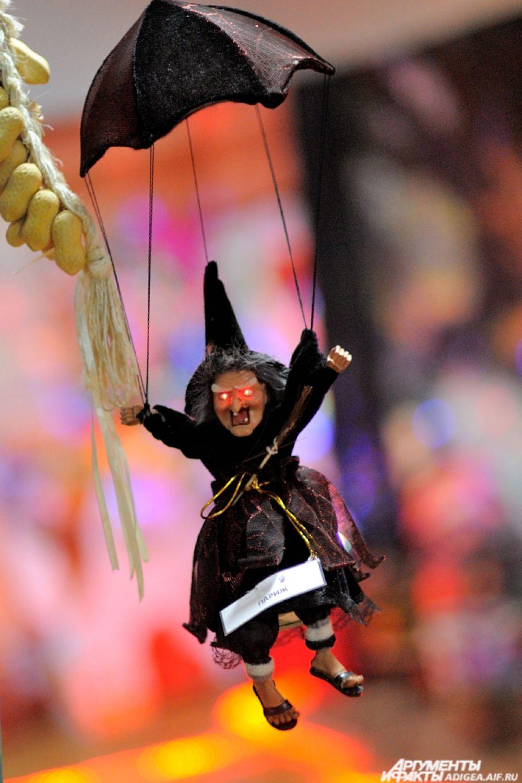 Летающая на черном зонтике Баба-Яга из Парижа.