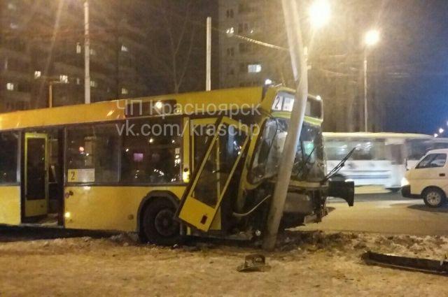 Автобус спассажирами протаранил столб наперекрестке вКрасноярске