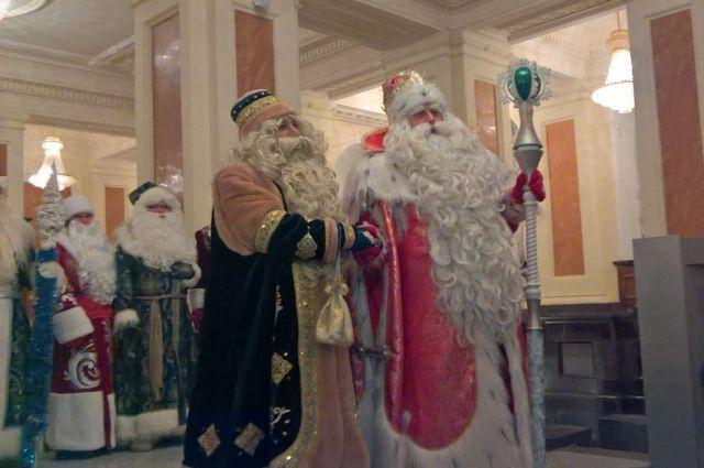 Дед Мороз встретился в Казани с Кыш Бабаем.
