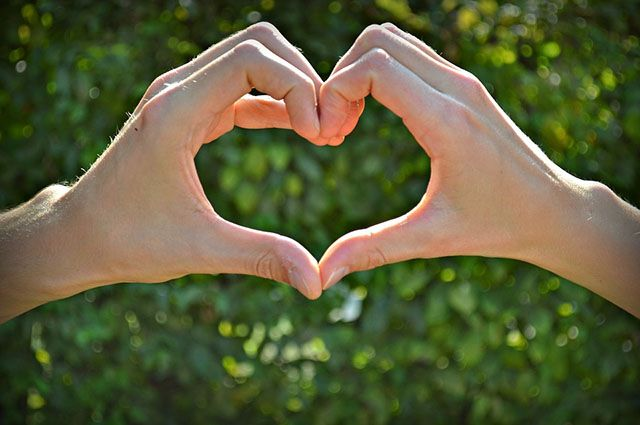 На большом плакате влюблённый романтик написал «Оля, я тебя люблю».
